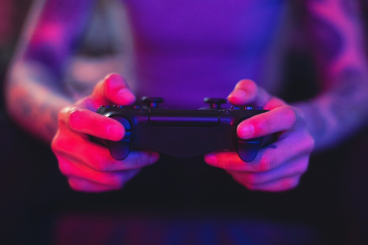 "More women are playing digital games;  However, more men are calling themselves ""players.""  Brazil and Politics"