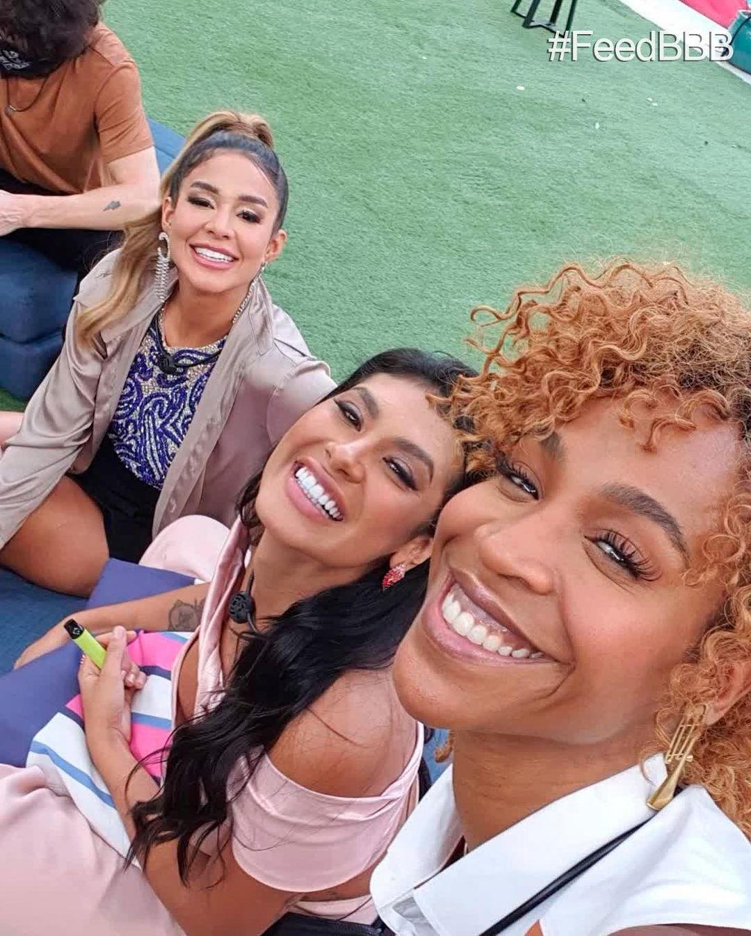 "Kerline, Pocah, and Karol Conká make a selfie in ""BBB 101 Day"" - clone / Instagram"