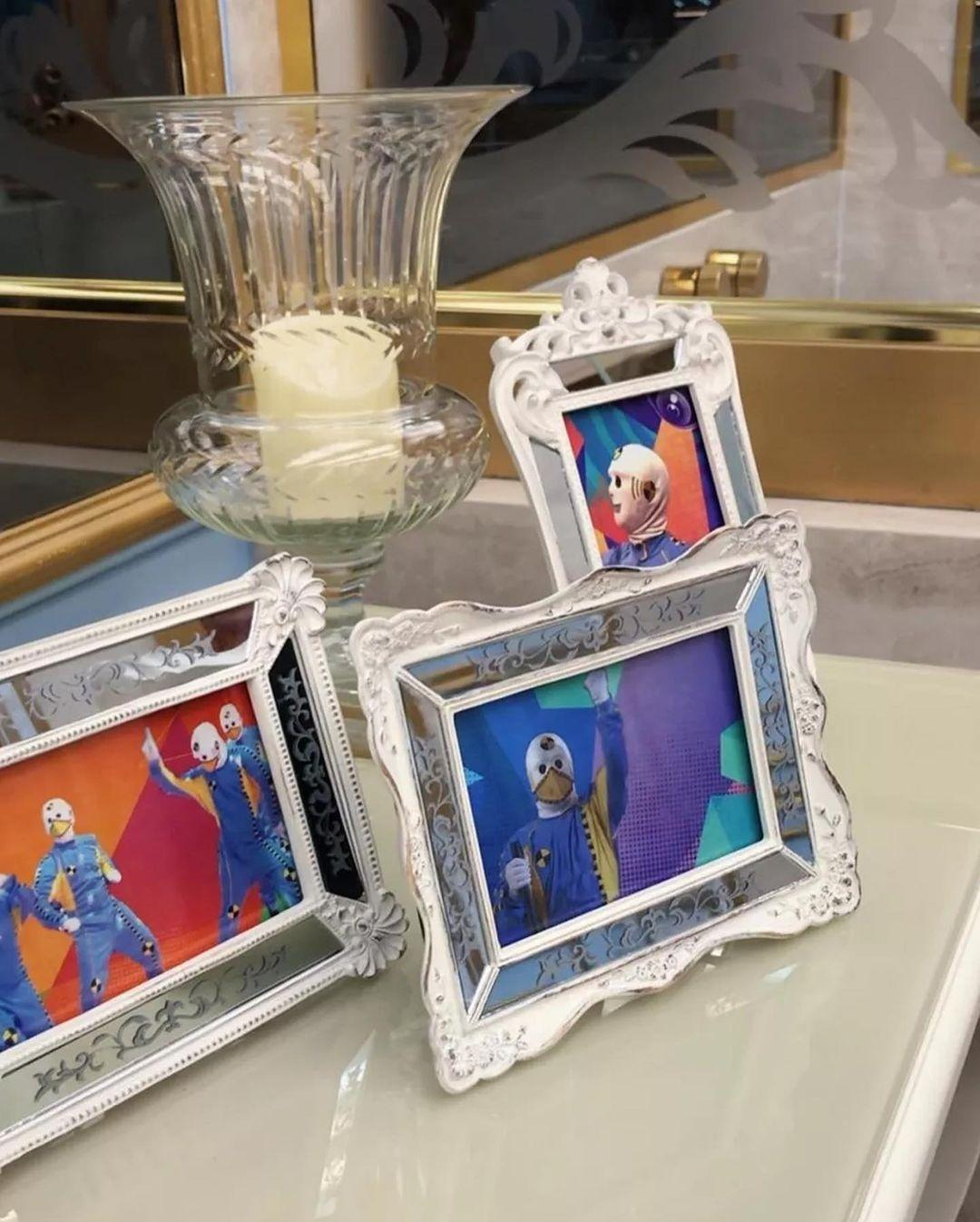 """Dolls in frames in the leader's room """"BBB 101 Day"""" - clone / Instagram"""