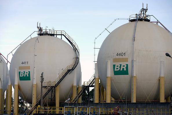 Tanques de armazenamento de combustível da Petrobras em uma refinaria de petróle