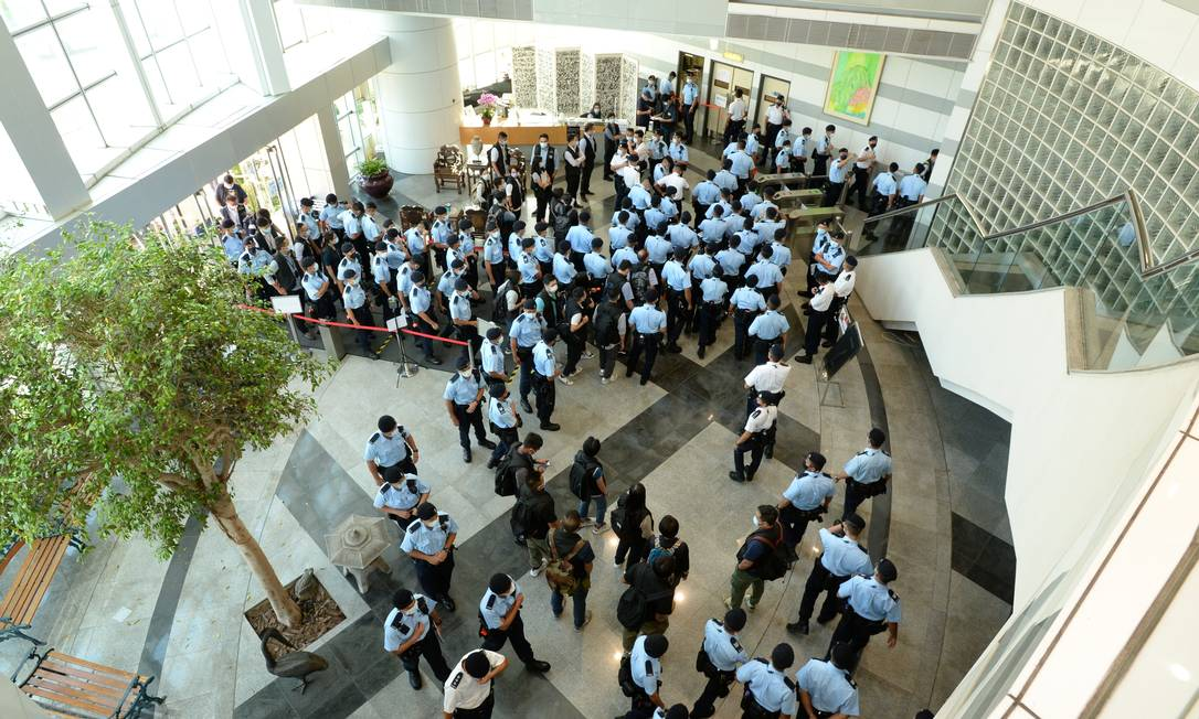 Police officers gather at the Apple Daily headquarters in Hong Kong, China.  Photo: APPLE DAILY / VIA REUTERS