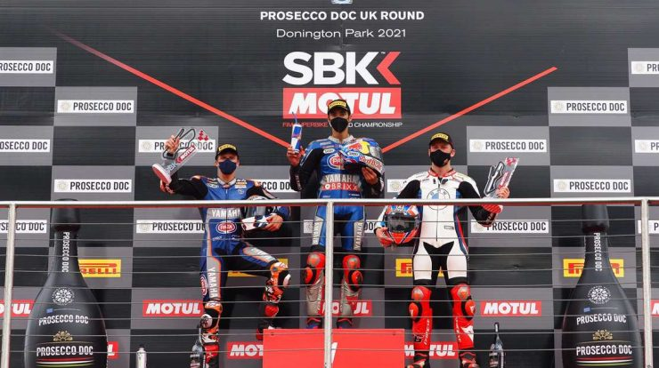 Razgatlioglu takes advantage of Rea's mistake and also secures a Superbike 2 race in Donington