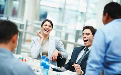Laughter can improve productivity at work - Época Negócios
