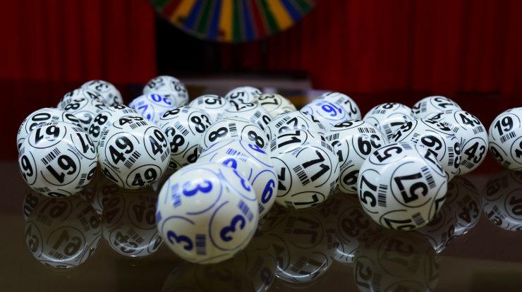 A imagem mostra bolas de loterias - loteria Federal 5580