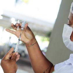 Profissional com vacina contra a Covid-19