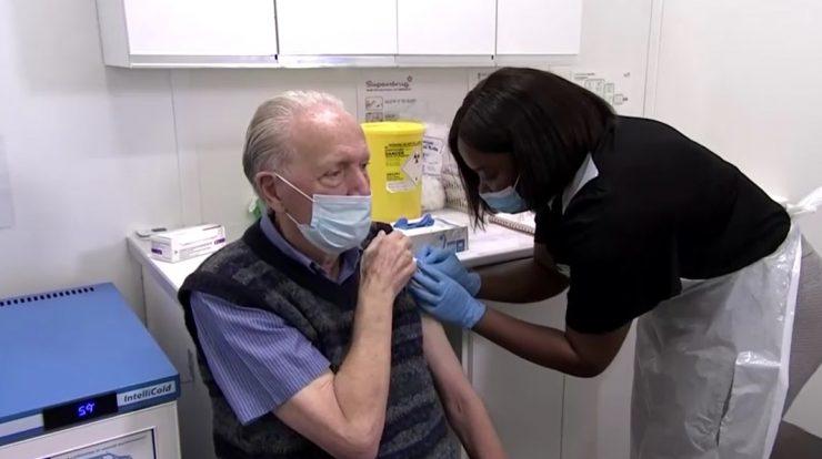 Farmacêutica vacina idoso no Reino Unido com imunizante contra a Covid-19