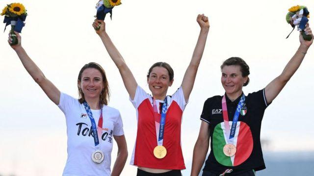 On the podium: Anna Kissenhofer gold (center), silver from Animek van Vleuten (left) and bronze for Elisa Longo Borghini.