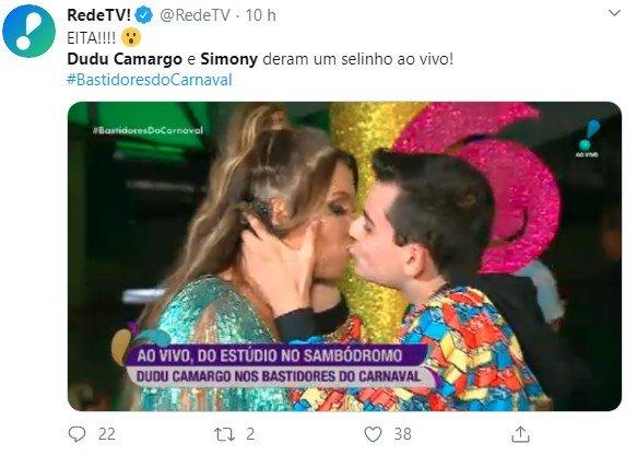 Dodo Camargo kisses Simone