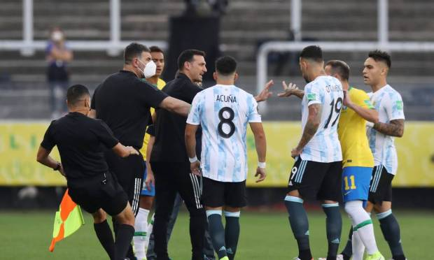 Argentina coach Lionel Scaloni and the refereeing team during the match stopped by the Brazilian health authorities. Photo: Amanda Perubelli/Reuters