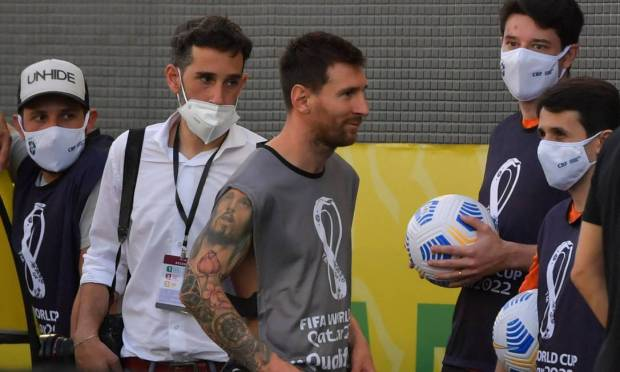 Messi was already seen without his uniform after Anfisa staff entered the field Photo: Nelson Almeida / AFP