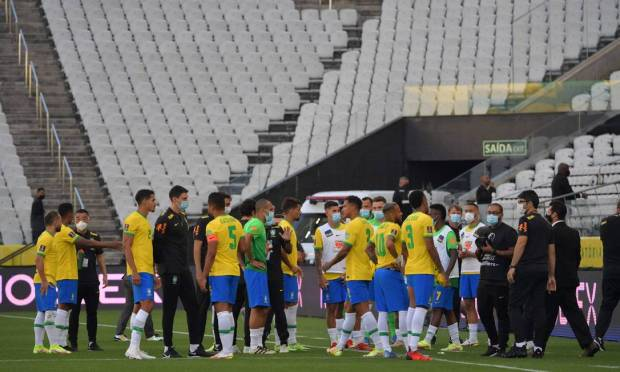 Brazilian players after Anvisa staff enter the field during the match.  Four players from Argentina were unable to compete in the match against Brazil for the World Cup qualifiers Photo: NELSON ALMEIDA / AFP