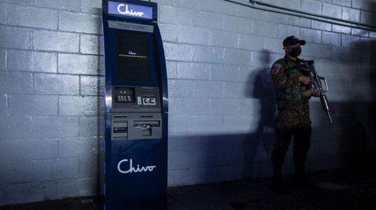 """El Salvador, 4 de setembro: soldado protege caixa eletrônico da empresa """"Chivo"""" pouco antes da introdução do bitcoin como meio de pagamento no país"""