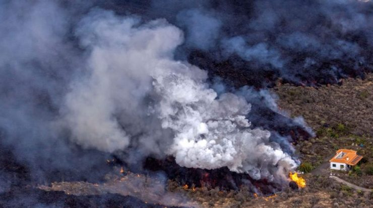 La Palma volcano again throws ash;  Lava approaching the sea